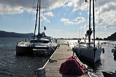 s/v BARBOS - катамараны больше в сравнении с обычными яхтами - на фото рядом 40фут лодка